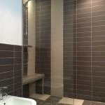 salle de bains avec cabine de douche sur mesure