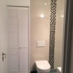 salle de bains avec wc et eclairage pour un meilleur confort