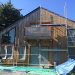 renovation maison bois  Dégrisement et saturateur coloris gris vue d'ensmble avec echafaudage